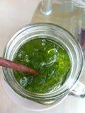 Groene gelukkige thee stock afbeelding