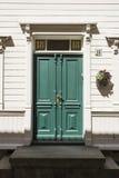 Groene gesierde ingangsdeur Trondheim stock foto's