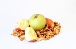 Groene, gesneden en droge appelen op wit Royalty-vrije Stock Foto's
