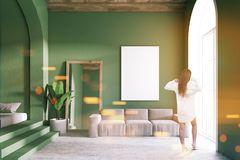 Groene gestemde woonkamer, spiegel en affiche Stock Afbeelding
