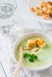 Groene gezonde roomsoep met broccoli, crackers, cachou, peterselie Royalty-vrije Stock Fotografie