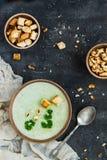 Groene gezonde roomsoep met broccoli, crackers, cachou, peterselie Royalty-vrije Stock Foto's