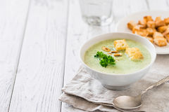 Groene gezonde roomsoep met broccoli, crackers, cachou, peterselie De ruimte van het exemplaar Stock Foto