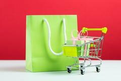Groene giftdoos in boodschappenwagentje en zak Royalty-vrije Stock Afbeelding