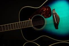 Groene gitaar op zwarte met bezinning Stock Afbeelding