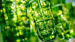 Groene glazen op een rij - textuur met erachter licht Stock Foto