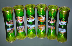 Groene glazen op spiegel Stock Afbeelding