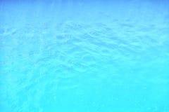 Groene golvende waterspiegelachtergrond in de pool Stock Afbeeldingen