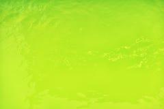 Groene golvende waterspiegelachtergrond in de pool Stock Foto's