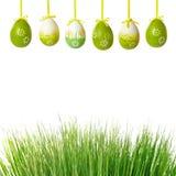 Groene gras en paaseieren stock foto's