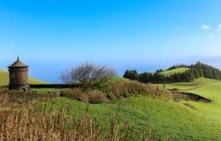 Groene grasgebieden in de bergen stock afbeelding