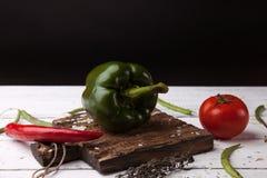 Groene groene paprika op houten scherpe plank Royalty-vrije Stock Afbeelding