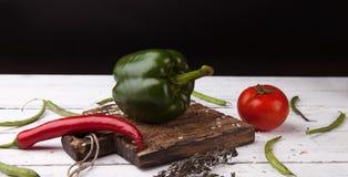 Groene groene paprika op houten scherpe plank Royalty-vrije Stock Fotografie