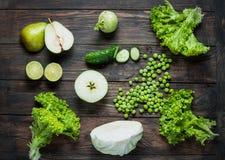 Groene groenten en vruchten op donkere houten achtergrond Hoogste mening Stock Fotografie