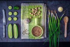 Groene groenten met kruiden op de donkere steen hoogste mening als achtergrond Royalty-vrije Stock Foto