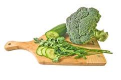 Groene groenten op een houten raad stock foto