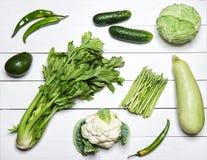 Groene groenten op Witte houten lijst Royalty-vrije Stock Foto's