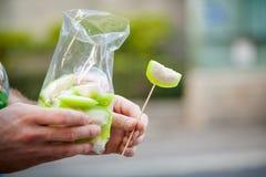 Groene guave in zak Stock Afbeeldingen