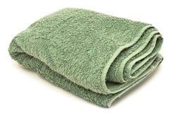 Groene handdoek, die op witte achtergrond wordt geïsoleerdg Stock Fotografie