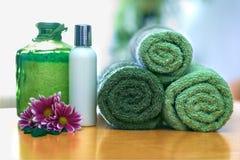 Groene handdoeken in badkamers Stock Fotografie