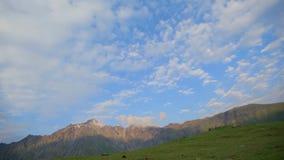 Groene hellingen van bergen en een blauwe hemel met witte wolken op een de zomer zonnige dag georgië stock footage