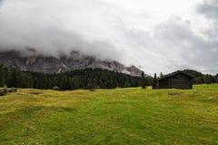 Groene heuvel en bewolkte hemel in berg royalty-vrije stock foto