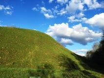 Groene heuvel en blauwe hemel royalty-vrije stock foto's