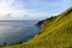 Groene heuvel met horizonoverzees op kustlijn bij Krating-kaap stock afbeelding