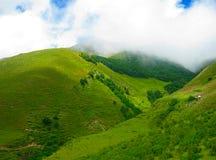 Groene Heuvels Bergen en Wolken Stock Foto