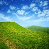 Groene heuvels en blauwe hemel met wolken Royalty-vrije Stock Fotografie