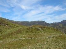 Groene Heuvels en oude steenmuur bij Glenshee-Vallei, Grampian-Bergen, Schotland stock afbeeldingen