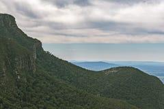 Groene heuvels en steile hellingen bij het Nationale Park van Grampians Stock Foto
