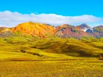 Groene heuvels en zwarte rotsachtige grond van Ijslandse Hooglanden langs Laugavegur-wandelingssleep, IJsland Het zonnige schot v royalty-vrije stock foto