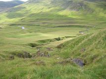 Groene Heuvels, kreek en rivier bij Glenshee-Vallei, Grampian-Bergen, Schotland stock foto's