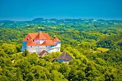 Groene heuvels van Zagorje-gebied en het kasteelmening van Veliki Tabor stock afbeelding
