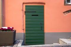 Groene houten deur stock foto