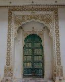 Groene houten deur van oud paleis royalty-vrije stock foto's