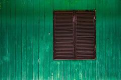 Groene, houten muur met gesloten venster Stock Foto