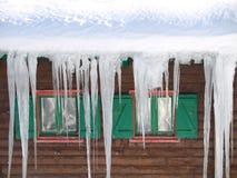 Groene houten vensters met ijsstalactieten royalty-vrije stock fotografie