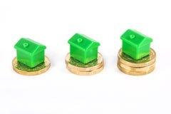 Groene Huizen die bovenop Besparingen zitten royalty-vrije stock fotografie