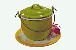Groene ijzerpot met deksel en handvat op wit dienblad stock afbeeldingen