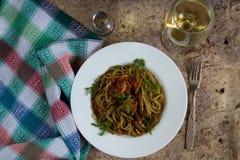Groene Italiaanse spaghetti met paddestoelen en slabonen in tomaat stock foto