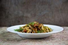 Groene Italiaanse spaghetti met paddestoelen en slabonen in tomaat Royalty-vrije Stock Fotografie