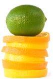 Groene kalk op dia's van sinaasappelen en sukaden. Royalty-vrije Stock Foto's