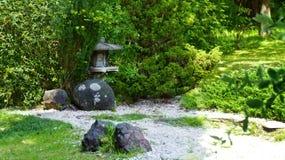 Groene kalme Japanse tuin met stenen royalty-vrije stock afbeeldingen