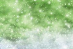 Groene Kerstmisachtergrond met Sneeuw, Snwoflakes, Sterren Royalty-vrije Stock Afbeeldingen