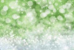 Groene Kerstmisachtergrond met Sneeuw, Snwoflakes, Sterren en Bokeh Stock Foto