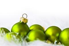 Groene Kerstmisballen stock afbeelding
