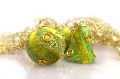 Groene Kerstmisballen en boog Royalty-vrije Stock Afbeeldingen