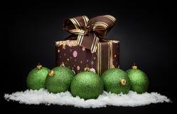 Groene Kerstmisballen met sneeuw Royalty-vrije Stock Foto